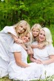 Glückliche Familie, die auf der Natur im Sommer stillsteht Lizenzfreies Stockbild