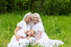 Glückliche Familie, die auf der Natur im Sommer stillsteht Lizenzfreie Stockfotos