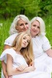 Glückliche Familie, die auf der Natur im Sommer stillsteht Stockbild