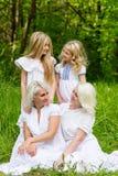Glückliche Familie, die auf der Natur im Sommer stillsteht Stockfotos