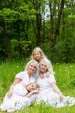 Glückliche Familie, die auf der Natur im Sommer stillsteht Lizenzfreies Stockfoto