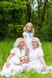 Glückliche Familie, die auf der Natur im Sommer stillsteht Lizenzfreie Stockfotografie