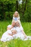 Glückliche Familie, die auf der Natur im Sommer stillsteht Stockfoto