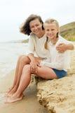 Glückliche Familie, die auf einem sandigen Strand stillsteht Lizenzfreie Stockfotos