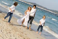 Glückliche Familie, die auf Ferien sich entspannt stockbild