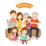 Glückliche Familie, die auf Sofa und Boden stationiert Stockfotos