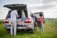 Glückliche Familie, die Autoreise- und Sommerferien genießt stockfoto