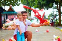 Glückliche Familie, die bunte Tauben auf Farm der Tiere einzieht Stockfoto