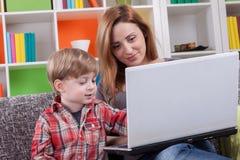 Glückliche Familie, die Computer hält Lizenzfreies Stockbild