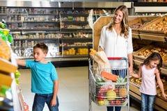 Glückliche Familie, die das Einkaufen tut Lizenzfreie Stockfotografie