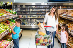 Glückliche Familie, die das Einkaufen tut Stockbild