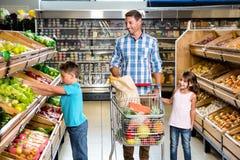 Glückliche Familie, die das Einkaufen tut Lizenzfreie Stockfotos