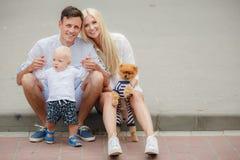 Glückliche Familie, die das Wochenende in der Stadt verbringt Stockbild