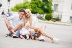 Glückliche Familie, die das Wochenende in der Stadt verbringt Lizenzfreie Stockbilder