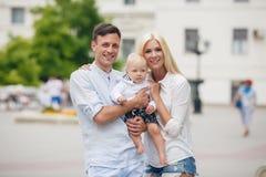 Glückliche Familie, die das Wochenende in der Stadt verbringt Stockfotografie