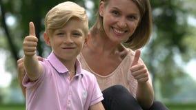 Glückliche Familie, die Daumen-oben zeigt, nachdem Psychologe, gesundes toothy Lächeln besucht worden ist stock video footage