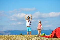 Glückliche Familie, die in den Bergen kampiert Stockbild