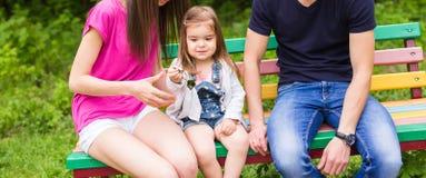 Glückliche Familie, die den Schlüssel zu ihrem neuen Haus hält lizenzfreie stockfotografie