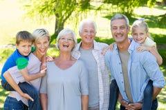Glückliche Familie, die an der Kamera lächelt lizenzfreies stockbild