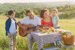 Glückliche Familie, die draußen das Mittagessen genießt Lizenzfreies Stockfoto