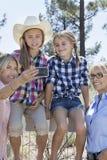 Glückliche Familie, die draußen Selbstporträt durch Handy nimmt Lizenzfreies Stockfoto