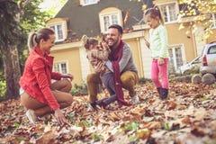 Glückliche Familie, die draußen spielt familie Lizenzfreies Stockfoto