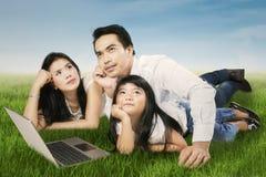 Glückliche Familie, die draußen träumt Lizenzfreies Stockfoto