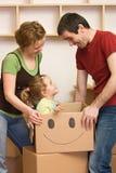 Glückliche Familie, die in ein neues Haus sich bewegt Stockfoto