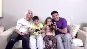 Glückliche Familie, die ein Videospiel, slowmotion spielt stock video footage