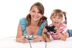 Glückliche Familie, die ein Videospiel spielt Stockbild