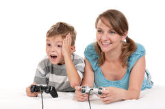 Glückliche Familie, die ein Videospiel spielt Stockfotografie
