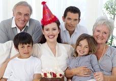 Glückliche Familie, die einen Geburtstag feiert lizenzfreie stockbilder
