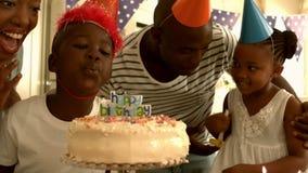 Glückliche Familie, die einen Geburtstag feiert stock footage