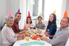 Glückliche Familie, die einen Geburtstag feiert stockfotografie