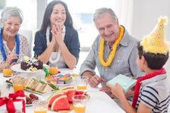 Glückliche Familie, die einen Geburtstag feiert lizenzfreie stockfotografie