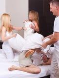Glückliche Familie, die einen Kissenkampf hat Stockfotografie