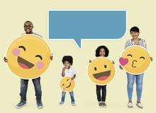 Glückliche Familie, die emoji Ikonen hält lizenzfreies stockfoto