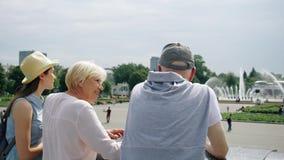 Glückliche Familie, die Ferien genießt Senioren und ihre jugendliche Tochter, die in der Parkbesichtigung stehen stock video footage
