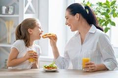 Glückliche Familie, die frühstückt stockbild