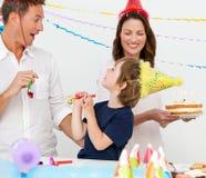 Glückliche Familie, die Geburtstag des kleinen Jungen feiert Lizenzfreies Stockfoto