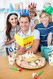 Glückliche Familie, die Geburtstag feiert stockfotos