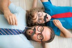 Glückliche Familie, die im Haus spielt lizenzfreie stockfotografie