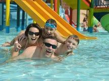Glückliche Familie, die im Pool hat Stockfotos