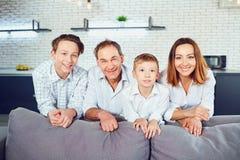 Glückliche Familie, die im Raum lächelt stockbilder