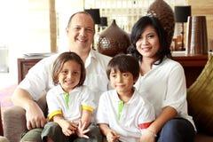 Glückliche Familie, die Kamera betrachtet stockbilder