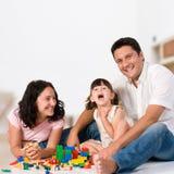 Glückliche Familie, die mit Blöcken spielt lizenzfreies stockfoto