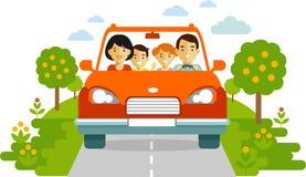 Glückliche Familie, die mit dem Auto auf Naturhintergrund reist Lizenzfreies Stockfoto