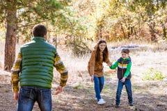Glückliche Familie, die mit Frisbee spielt lizenzfreie stockfotos