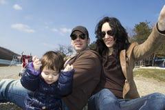 Glückliche Familie, die mit ihrem kleinen Mädchen spielt Lizenzfreie Stockbilder