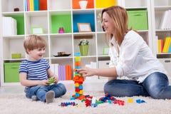 Glückliche Familie, die mit Spielwaren spielt Stockfotografie